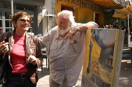 John Koenders myy van Gogh -vaikutteisia taulujaan Café van Goghin naapurissa Arlesissa.