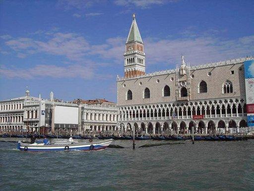 Venetsiaan on luontevaa saapua vesiteitse.