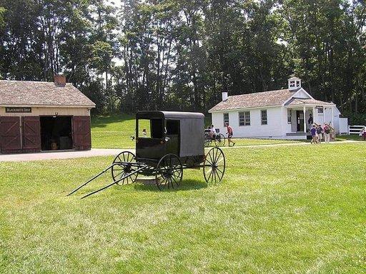 Perinteinen sepän paja, katetut rattaat sekä askeettinen koulu.
