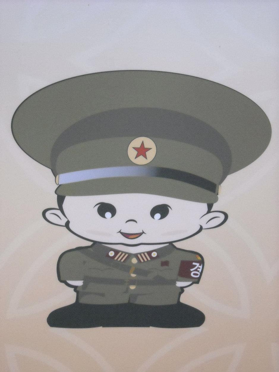 Pohjoiskorealainen sotilas koppahatussaan tervehtii tulijoita raja-asemalla.