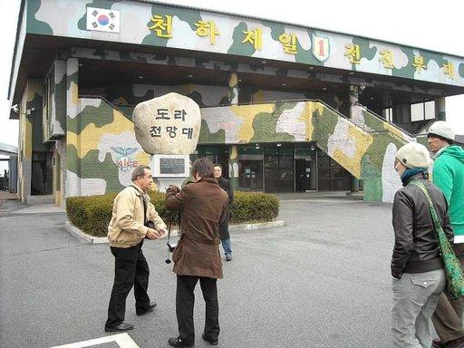 Korealaiset tulevat mielellään demilitarisoidulle rajavyöhykkeelle. Moni on joutunut eroamaan perheestään ja muistokäynnit rajalla ovat yleisiä.