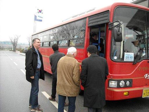 Rajavyöhykkeellä turistibussi vaihtuu toiseen linja-autoon. Passit tarkastetaan ja kellonaikoja noudatetaan minuutilleen.