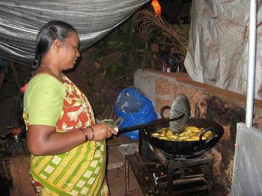 Suojapressun alla on tavattoman kuuma, kun Shanti paistaa chilipakodoja.