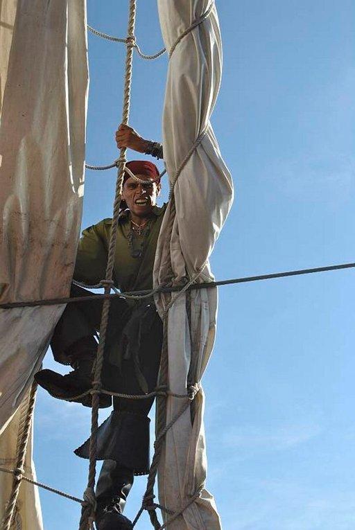 Meksikolainen merirosvo kiipeämässä mastoon.