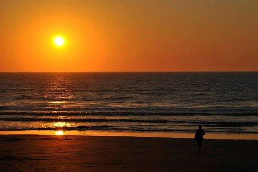 Iltakävely meren rannalla auringon laskun aikaan on lomailijan klisee, mutta se on vain koettava. Hämmästyttävää.