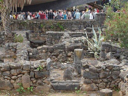 Raamatun mukaan Jeesus asui muutamia vuosia Kapernaumissa, opetti synagogassa ja teki ihmetekoja.
