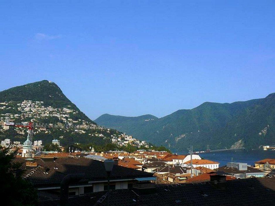 Lugano on kaupunki vuorten syleilyssä.