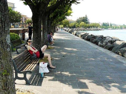 Rantabulevardilla voi tehdä ostoksia, ottaa lasin viiniä pizzan kera tai nauttia Luganon rauhallisuudesta.
