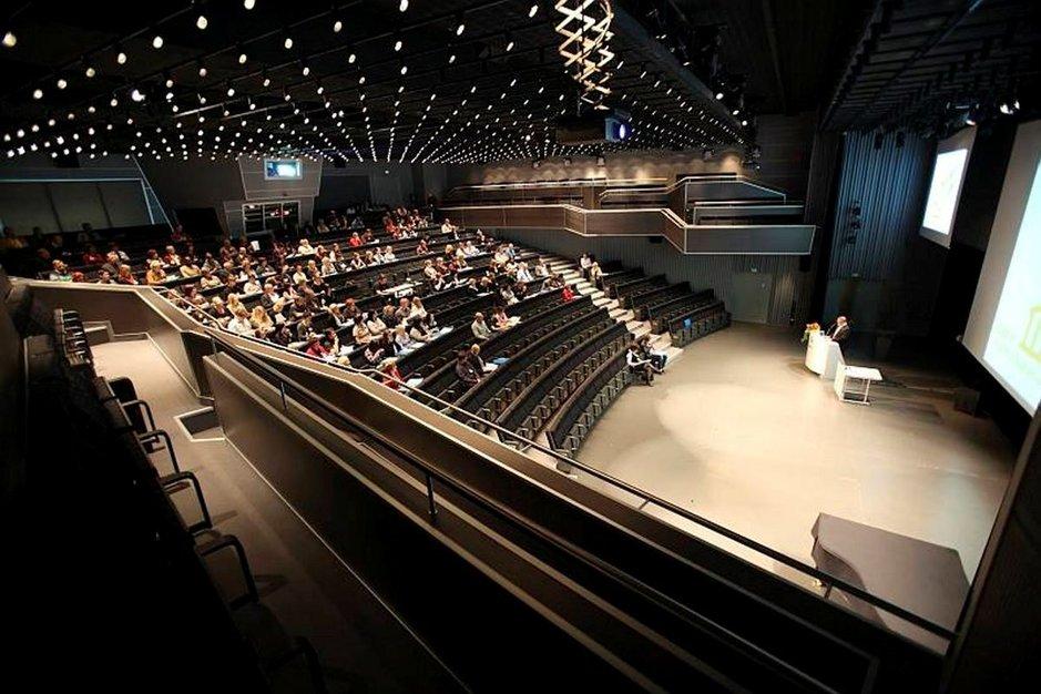 Suomi saa kokousmatkailusta arvostusta Saksasta. Tssä kuvassa auditorio Olostunturin uumenissa.