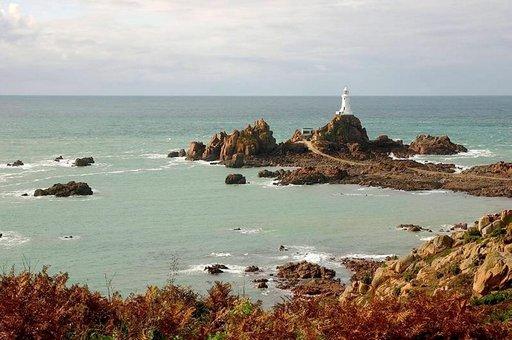 Corbiere-majakka valaisee rannikkoa.