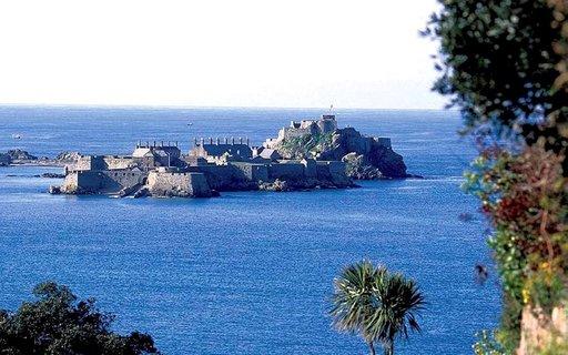 Elizabeth-linnaan voi laskuveden aikaan kävellä. Nousuveden aikaan paikalle vie vene.