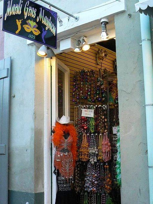 Värikkäät koristeet käyvät kaupaksi.