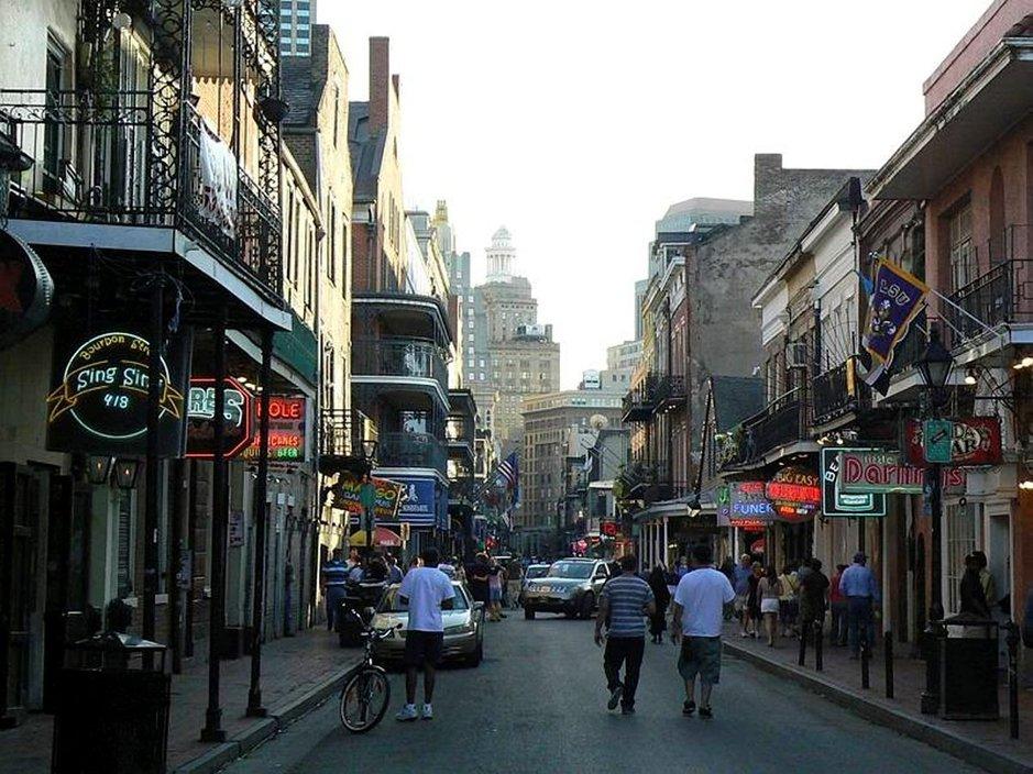 Iltahämärän laskeutuessa meno villiintyy kaupungin kaduilla.
