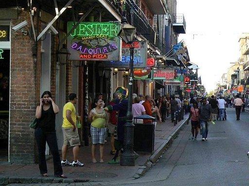 Bourbon Street on iltaelämän pääkatu, jossa musiikki soi ja kansa juhlii pitkälle aamuun.