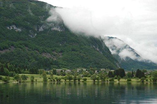 Gondolihissillä pääsee Bohinjin rannasta kilometrin ylös vaeltamaan tai hiihtämään Triglavin kansallispuistossa.