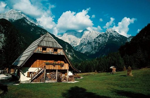 Paikalliseen elämään pääsee tutustumaan vaelluksilla ja telttaillen tai mökkeillen.