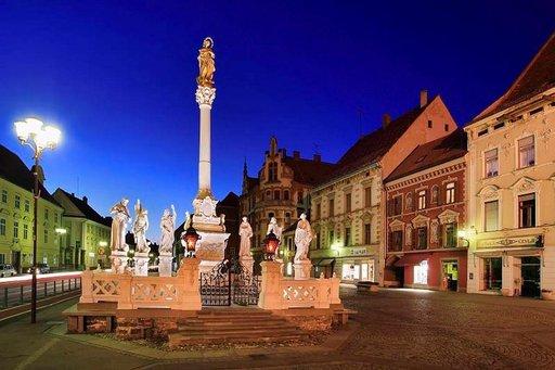 Mariborin raatihuoneenaukiota hallitsee ruton uhrien muistomerkki.