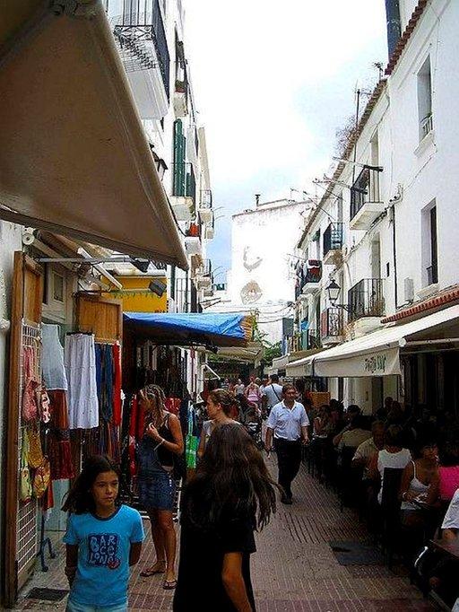 Ibiza Townin pikkukujilla on paljon idyllisiä kauppoja ja kahviloita.