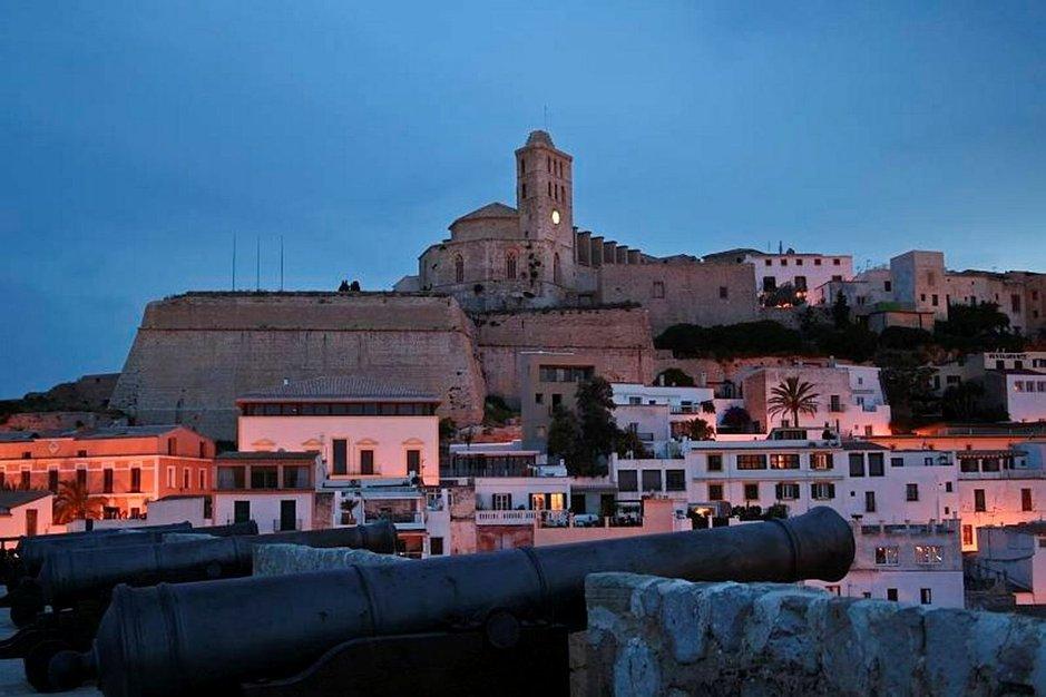 Ibiza Townin Vanhakaupunki illan pimetessä.
