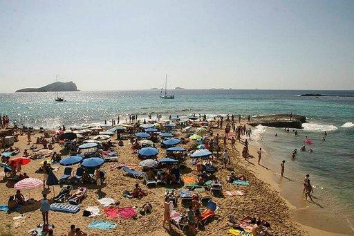 Ibizan rannoilla on varsinkin kesäisin paljon ihmisiä ja tapahtumia.