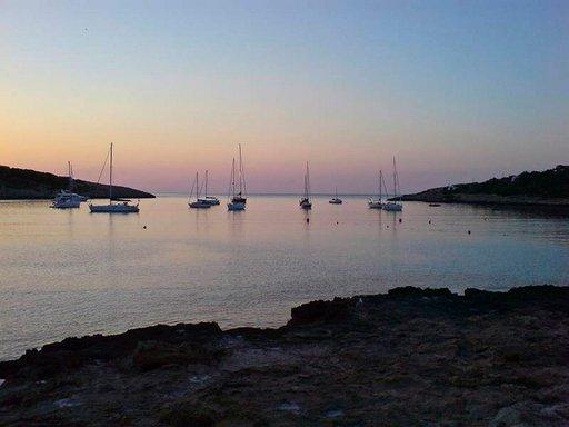 Ibizan rannikolla näkee runsaasti veneitä ankkuroituneina rannoille tai poukamiin.