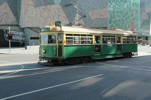 Vanhat raitiovaunut tuovat värityksellään mieleen Helsingin.