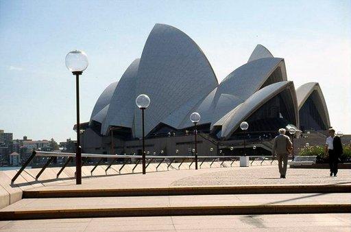 Sydneyn oopperatalo on valmistunut vuonna 1973. Kuuluisa rakennus sijaitsee Sydneyn satamassa.