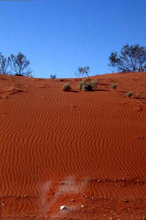 Tuuli muovaa punaista rautapitoista maata kauniisti.