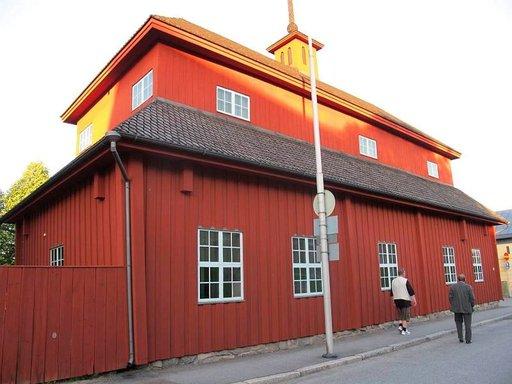 Neristanissa sijaitsee Suomen tiettävästi vanhin säilynyt ei-kirkollinen rakennus. Vanha koulu on peräisin 1600-luvulta.