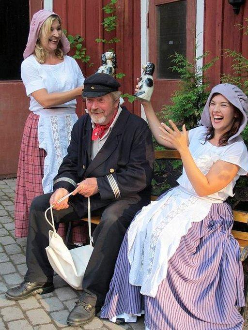 Sisäpiharavintolassa esitetään hauskaa näytelmää Kokkolan kaupungin historiasta.