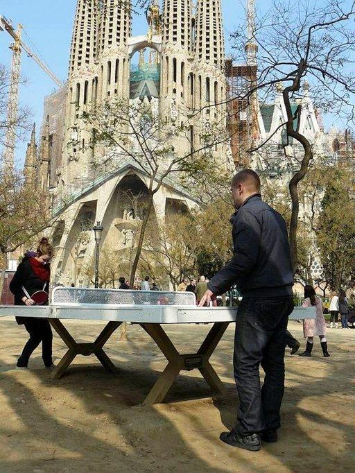 Sagrada Familian edustalla voi ottaa vaikka pingismatsin.