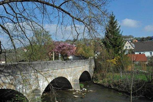 Kevään värikylläisyyttä. Vanha silta ja kirsikkapuu.