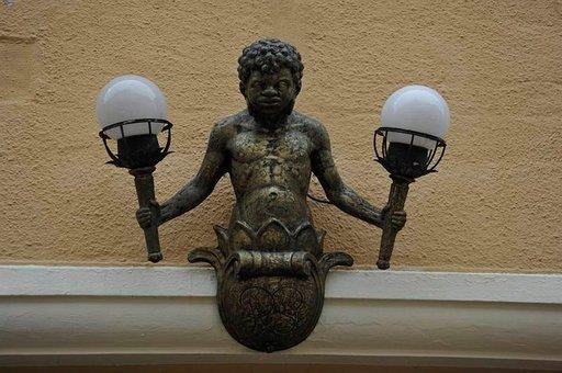 Hauska yksityiskohta. Lamppupoika Füssenissä.