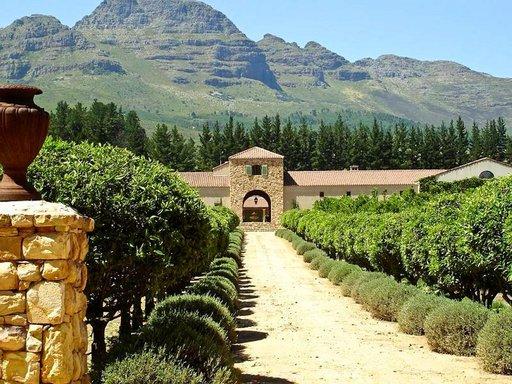 Etelä-Afrikassa on satoja viinitiloja, joissa pääsee maistelemaan maailmanluokan viinejä.