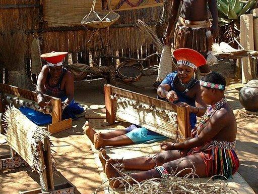 Paikalliset naiset valmistavat kutomalla erilaisia tuotteita.
