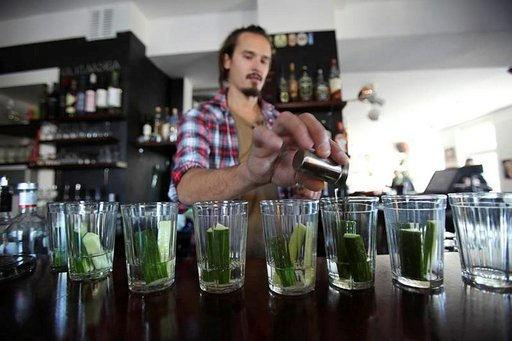 Harri Tidus sekoittaa drinkkiä omassa nostalgiaravintolassaan.