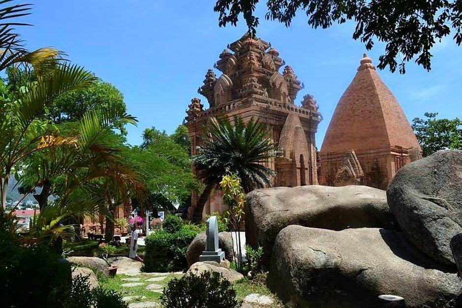 Vasemman puoleinen rakennelma on Ponagarin kunniaksi rakennettu torni 800 vuotta ennen ajanlaskun alkua. Oikealla pieni temppeli.