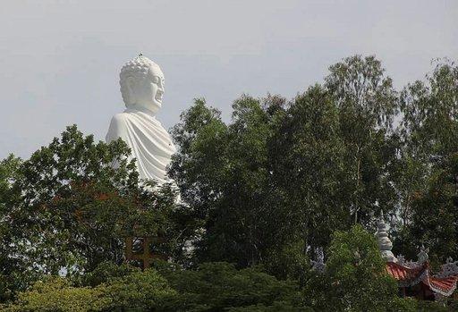 Buddha-patsasta voi etsiä horisontista pitkänkin matkan päästä.