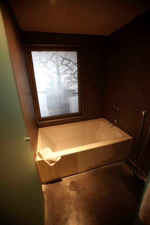 Amme ja suihku toimivat rikkonaista lattiakaivoa lukuunottamatta.