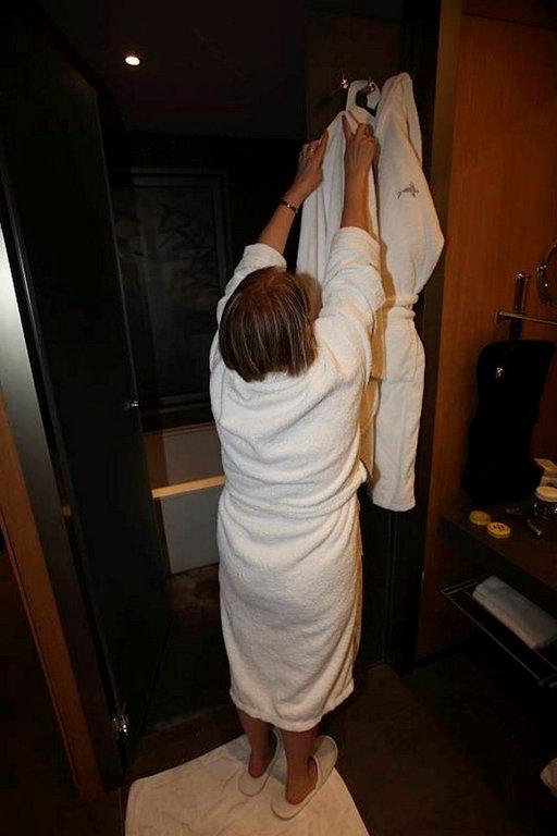 Naulakot on hotellissa tehty pitkille. Vaatetankokin on 2,20 metrin korkeudessa.