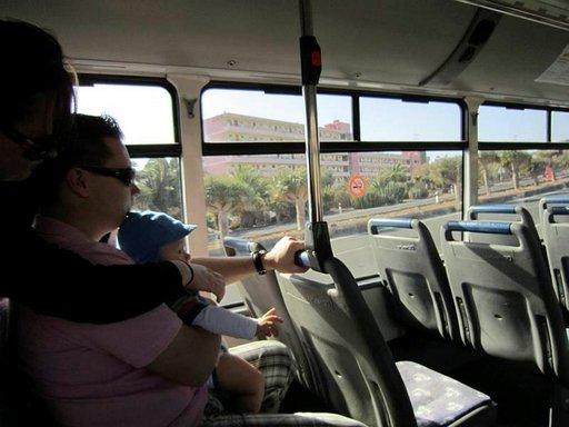 Bussi kaahaa ja pieni lapsi toimii turvatyynynä! Kanarian paikallisbusseissa ei ole turvavöitä, vaikka ne kulkevat pitkiä matkoja moottoritiellä.
