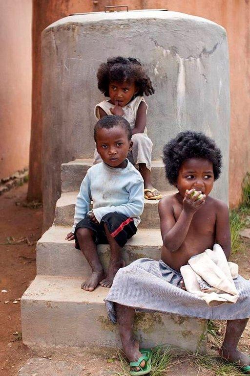 Monet madagaskarilaiset lapset joutuvat lopettamaan koulun kesken, koska heidän vanhemmillaan ei ole varaa antaa rahaa kouluruokaan.