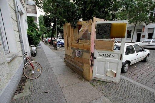 Vaihtoehtoasukkaan joutotavarasta rakentama pieni asunto keskellä Friedrichshainin puhtaita katuja.