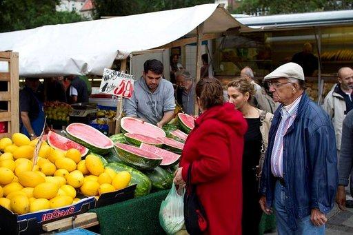 Weddingin turkkilaisilla toreilla kauppa käy, kun myyjät huutavat kilpaa tuotteiden hintoja, tietysti turkiksi.