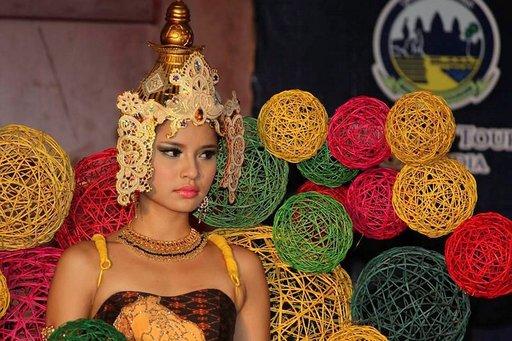 Itämaisten naisten kauneus korostuu kambodzalaisissa.