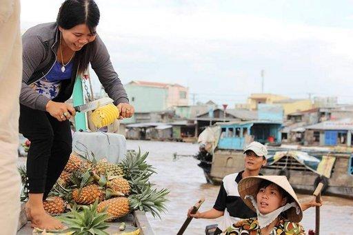 Kelluvat markkinat on tärkeä hedelmien ja vihannesten kauppapaikka.