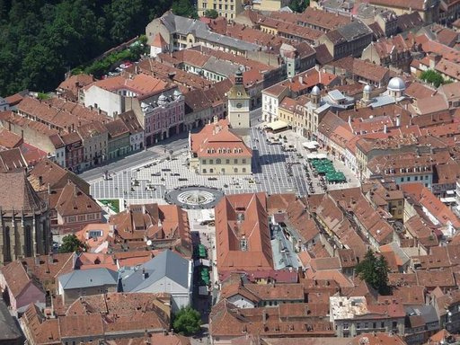 Näkymä kukkulalta Brasovin keskiaikaiseen keskustaan.