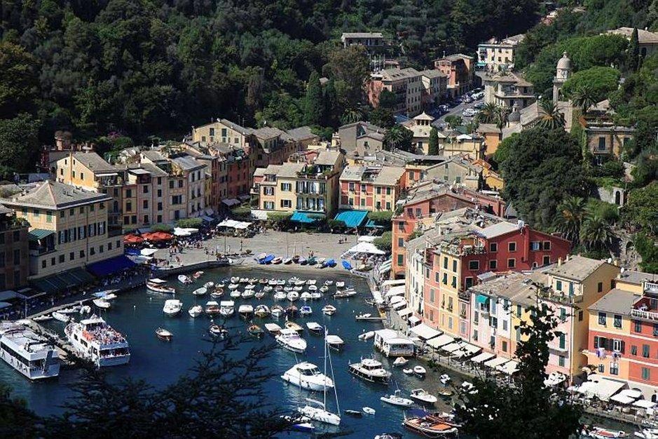 Castello Brownista avautuu henkeäsalpaava näky alas Portofinoon.