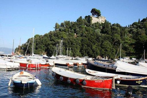 Sulassa sovussa lahden poukamassa kelluvat niin luksusjahdit kuin pienetkin veneet.