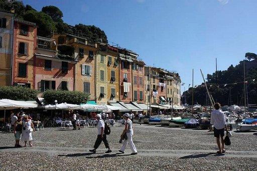 Ravintolat, baarit ja luksuskaupat ympäröivät aukiota.